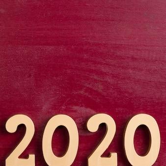 Postura plana de número de ano novo chinês dourado sobre fundo vermelho