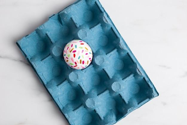 Postura plana de ovo de páscoa pintado em caixa