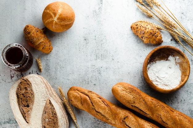 Postura plana de pão e croissants com espaço de cópia