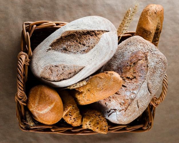 Postura plana de pão e croissants na cesta