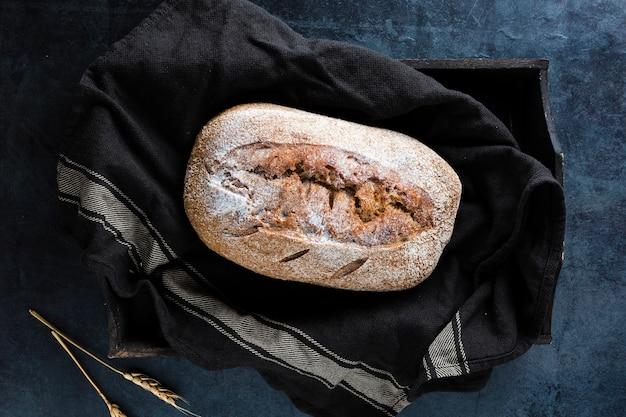 Postura plana de pão no pano preto