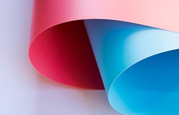 Postura plana de papéis dobrados coloridos