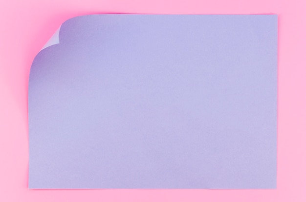 Postura plana de papel colorido com canto dobrado