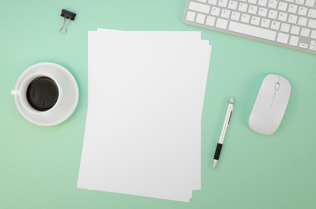 Postura plana de papel com teclado e mouse