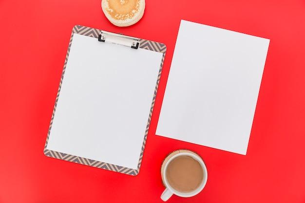 Postura plana de papel de menu em branco com café