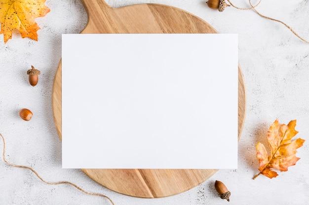 Postura plana de papel de menu em branco com folhas e bolotas