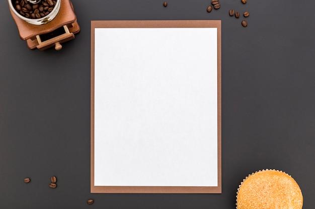 Postura plana de papel de menu em branco com grãos de café e pão