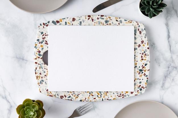 Postura plana de papel de menu em branco no prato com suculentas