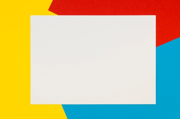 Postura plana de papel em branco sobre fundo colorido