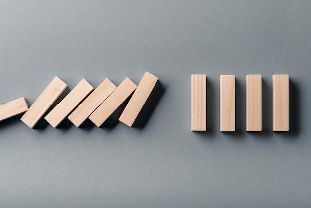 Postura plana de peças de dominó com uma faltando