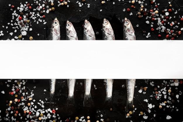 Postura plana de peixe com especiarias e sal