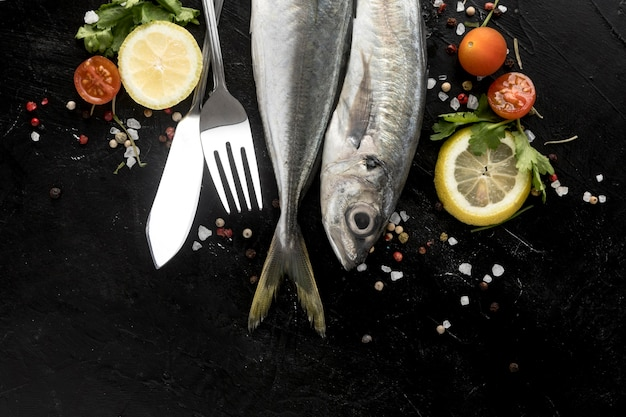 Postura plana de peixe com tomate e rodelas de limão