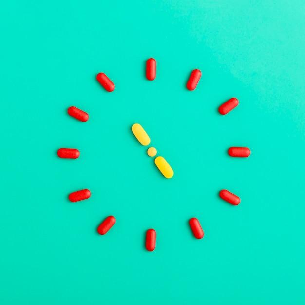 Postura plana de pílulas, formando um relógio