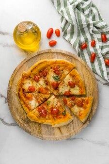 Postura plana de pizza com tomate e óleo