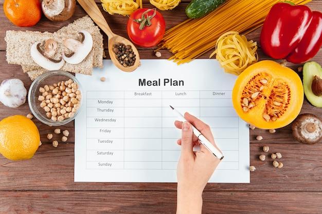 Postura plana de plano de refeições com massas e ingredientes