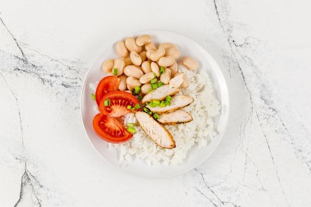 Postura plana de prato com arroz e feijão