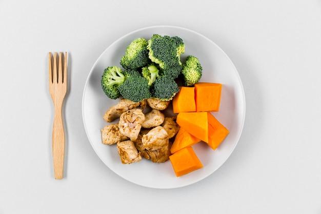 Postura plana de prato com cenoura e brócolis