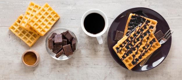 Postura plana de prato com chocolate e waffles