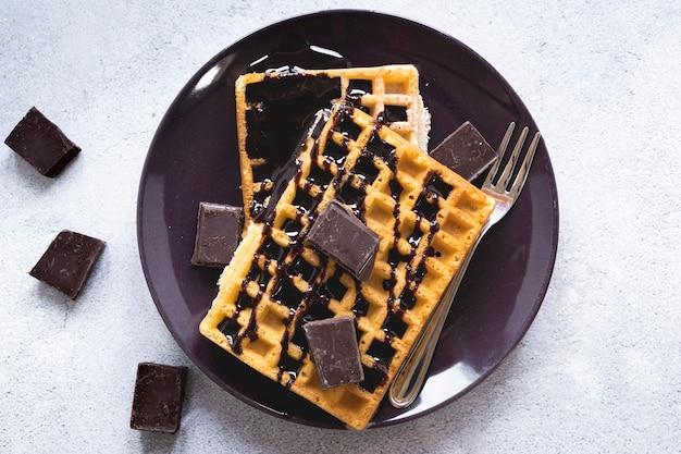 Postura plana de prato com waffles e chocolate