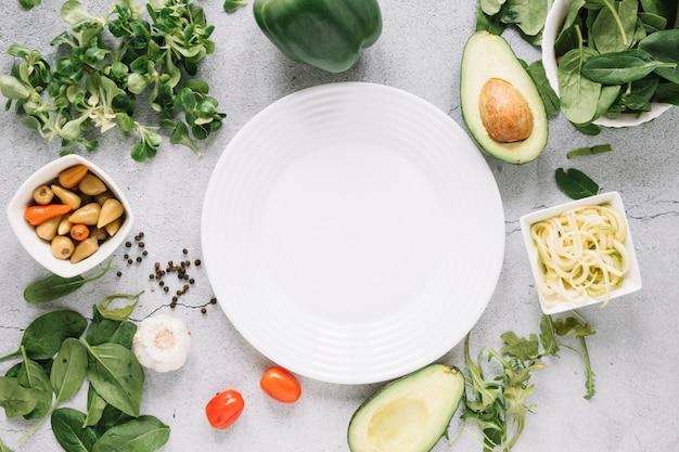 Postura plana de pratos com abacate e alho