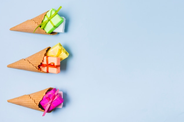 Postura plana de presentes coloridos em casquinhas de sorvete