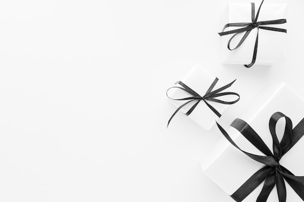 Postura plana de presentes elegantes com espaço de cópia