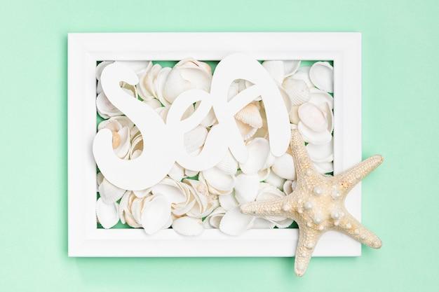 Postura plana de quadro com conchas do mar e estrela do mar