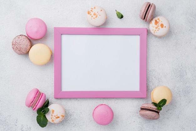 Postura plana de quadro com macarons e hortelã