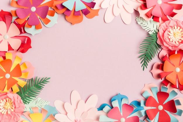 Postura plana de quadro de flores de primavera de papel colorido