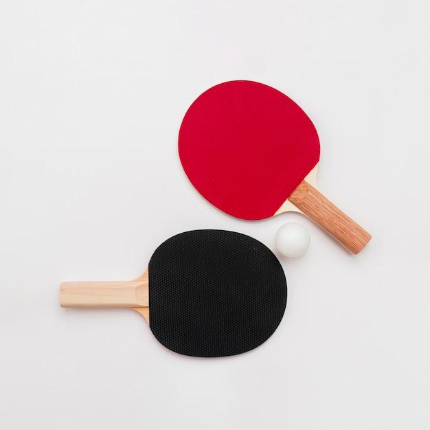 Postura plana de raquetes de ping pong com bola
