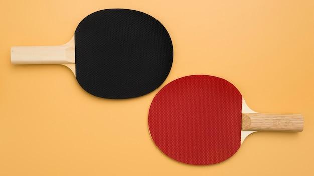 Postura plana de raquetes de ping pong