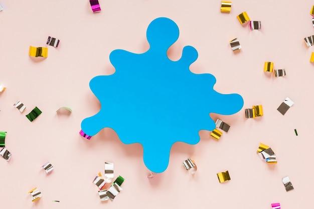 Postura plana de recorte de papel para o carnaval com confete
