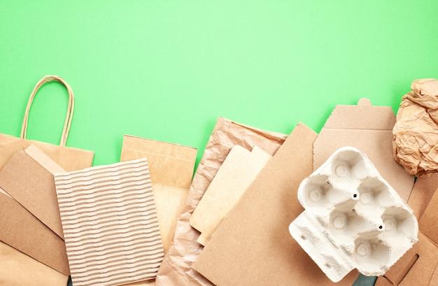 Postura plana de resíduos de papel prontos para reciclagem