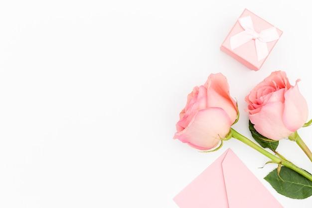 Postura plana de rosas com espaço de cópia