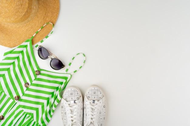 Postura plana de roupa de verão feminina em fundo branco
