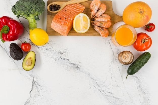 Postura plana de salmão e camarão com legumes
