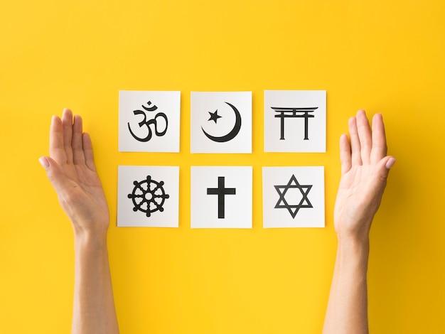 Postura plana de símbolos religiosos