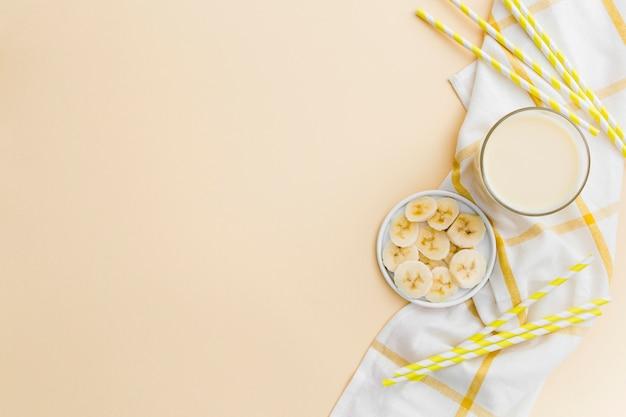 Postura plana de smoothie e fatias de banana
