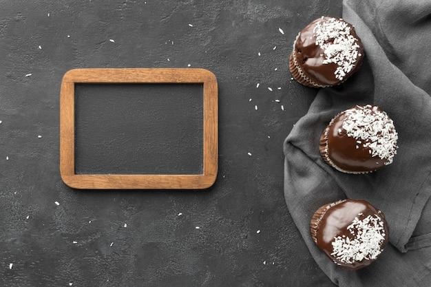 Postura plana de sobremesas de chocolate com quadro negro