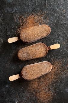 Postura plana de sorvete de chocolate com cacau em pó