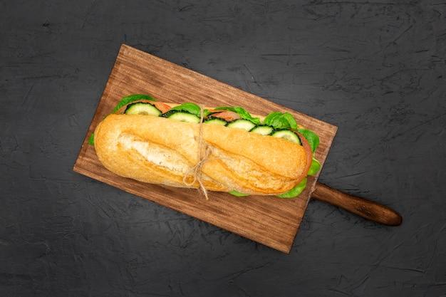 Postura plana de tábua com sanduíche no topo