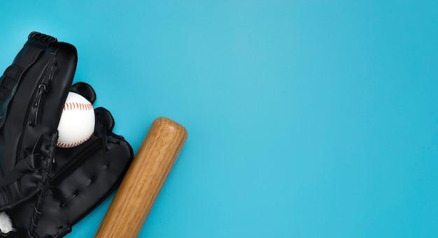 Postura plana de taco de beisebol com bola e luvas