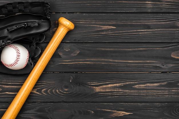 Postura plana de taco de beisebol com luva e bola