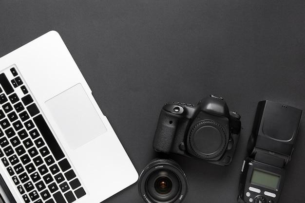 Postura plana de teclado de câmera e laptop com espaço de cópia