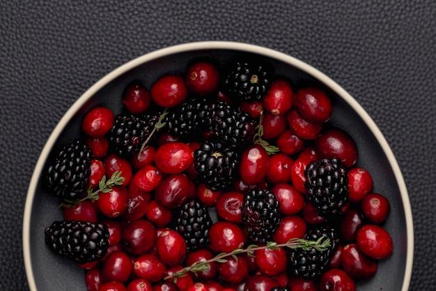 Postura plana de tigela com amoras e cranberries