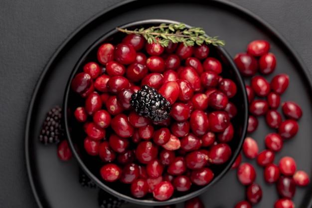 Postura plana de tigela com cranberries
