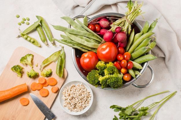 Postura plana de tigela de comida saudável