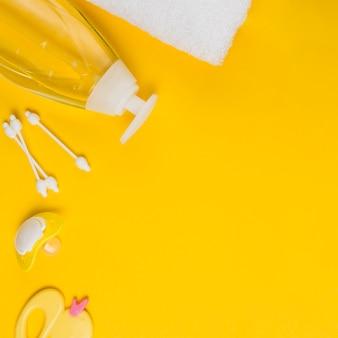 Postura plana de toalha e dispensador de óleo para chá de bebê