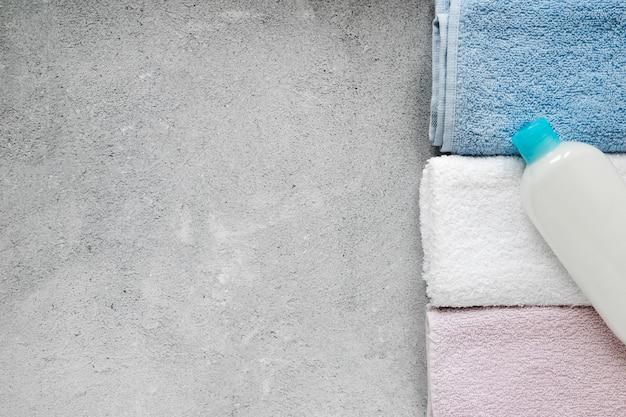 Postura plana de toalhas de banho com espaço de cópia