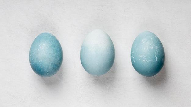 Postura plana de três ovos de páscoa